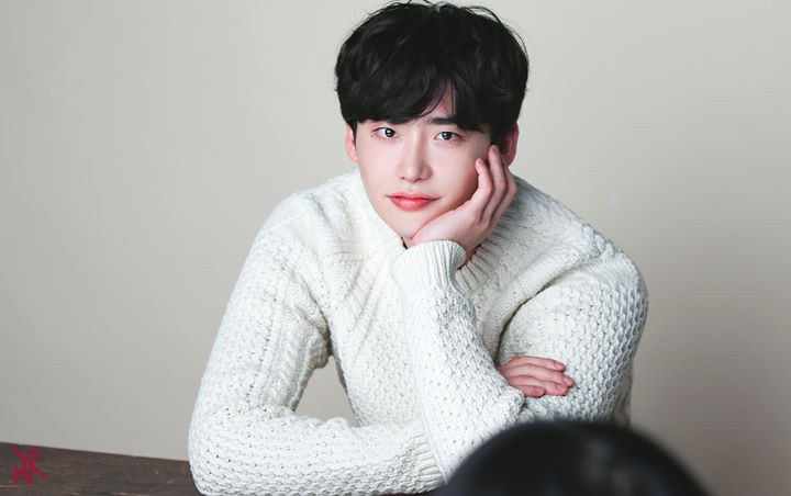 Aw! Lee Jong-suk Shows Off His Awesome Abs On The Stage