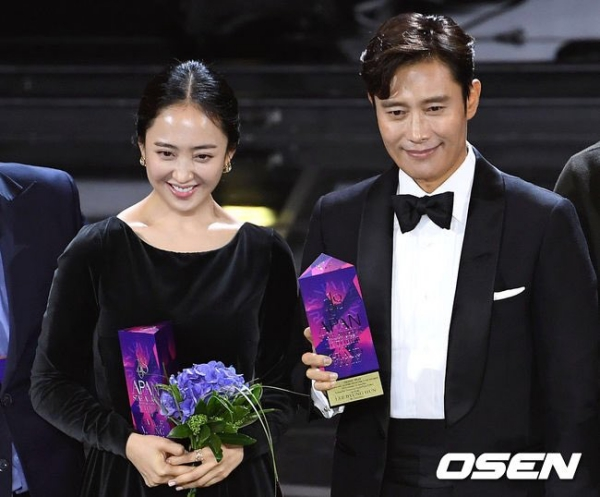 Kim Min-jung award with Lee Byung-hun